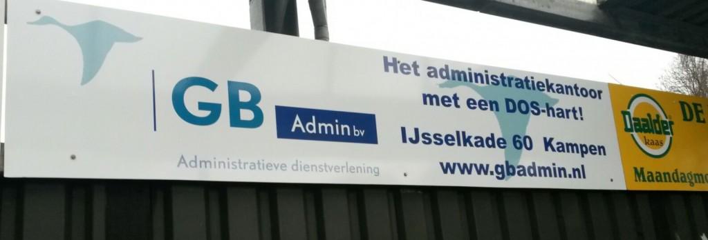 Het reclamebord van GB Admin bij DOS Kampen`